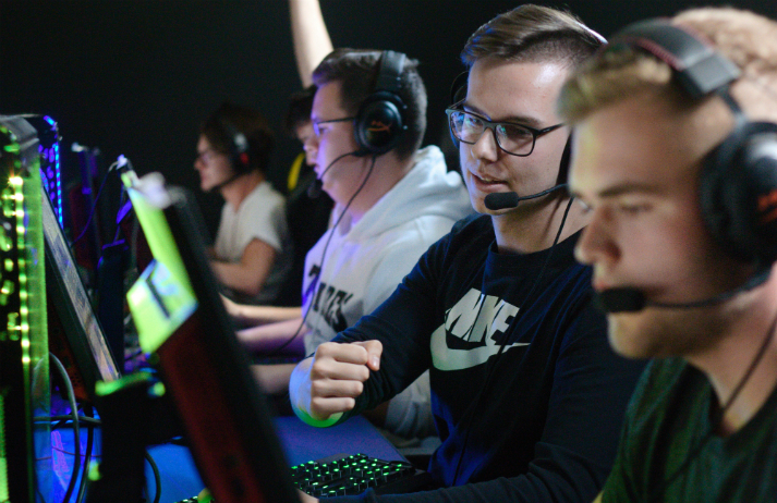What causes esports stars to struggle on stage?