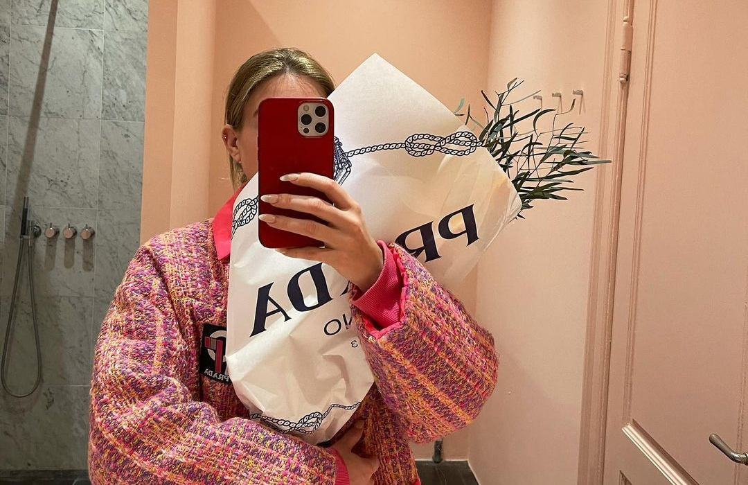 Gen Zers are faking mirror selfies to feign authenticity